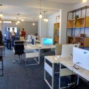 """ПРИЈЕДОР, 19. ЈУЛА /СРНА/ - Први коворкинг /coworking/ простор """"Приједор хаб"""" /hub/ за ствараоце у области креативне индустрије и информационе технологије, у чије уређивање и опремање је уложено око 75.000 КМ донаторских средстава, отворен је данас у Приједору у згради овдашњег Пословног центра."""